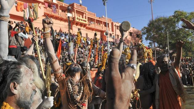 Sadhus get ready for a dip at Ujjain during Simhastha Kumbh(Shankar Mourya / HT Photo)