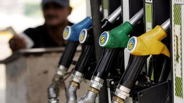 A petrol pump attendant waits for customers at a station in New Delhi, 18 September 2007.(AFP File Photo)