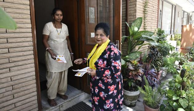 Ruma Sikka, a resident of Hill View Apartments at Vasant Vihar, is contesting as an independent.(Vipin Kumar/HT Photo)