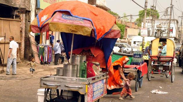 Gohalwaria said he wants to see early formation of vending zones across the city and a strict action against 'rehri mafia.'(HT File Photo)
