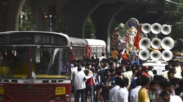 File photo of Ganpati idol, 'Kurla cha Raja' being taken to Kurla from Chinchpokhli workshop in Mumbai. Religious festivals in the city are a noisy affair where sound is often over 100 decibels despite court orders on noise pollution.(HT PHOTO)