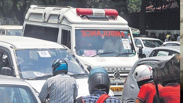 The fine for not providing smooth passage to an ambulance carrying a patient for first offence will be Rs 2,000, but fine for a subsequent offence will be Rs 5,000.(HT File Photo)