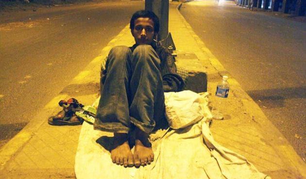 A homeless man preparing to sleep on the divider at Ranjit Singh flyover near Barakhamba Road in central Delhi.(Mayank Austen Soofi)