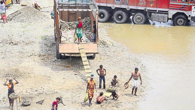 Clashes over control of dry river beds – which form the bedrock of a thriving illegal sand-mining industry – are not uncommon in southern parts of Bengal.(HT FIle Photo)
