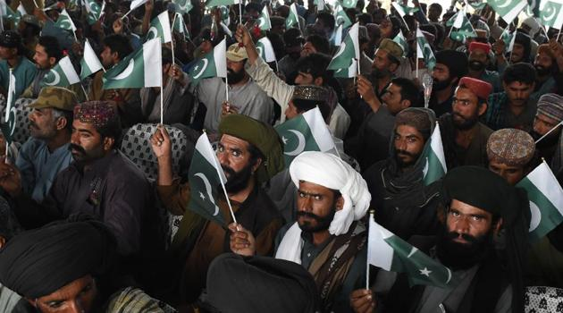 Baloch militants carry Pakistani national flags after they surrendered to Pakistani security forces in Quetta on April 21, 2017. Around 500 Baloch rebel militants on April 21 surrendered to Pakistan's government as Islamabad pursues its development agenda linked to the ambitious China Pakistan Economic Corridor (CPEC) in the southwest province.(AFP Photo)