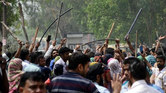When police cane-charged the protesters, they started pelting bricks and stones on police and MC officials.(Jagtinder Singh Grewal/HT Photo)