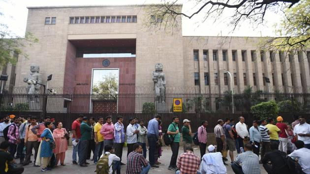 NRI's and others waiting outside the Reserve Bank of India to submit their demonetised banknotes on last day of currency exchange on March 31 in New Delhi.(Ravi Choudhary/HT PHOTO)