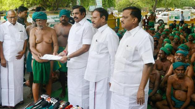 Tamil Nadu chief minister Edappadi Palaniswami receiving a memorandum from the state farmers who have been protesting for the last 40 days over their plight, at Jantar Mantar in New Delhi on Sunday.(PTI)