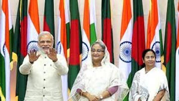 Sheikh Hasina, flanked by Narendra Modi and Mamata Banerjee in Delhi on April 8.(HT Photo)