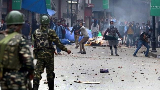 Kashmiri youth clashes with forces in Srinagar.(Waseem Andrabi/HT Photo)