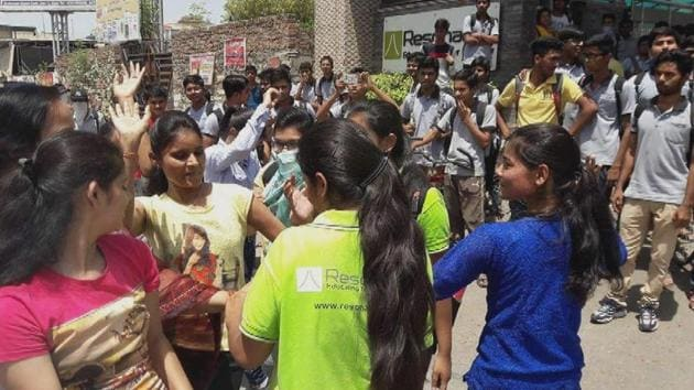 Celebrations at Resonance coaching institute in Kota after its Udaipur branch student Kalpit Virval was declared topper in JEE Mains 2017.(A H Zaidi/HT file)