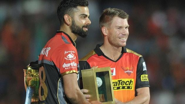 Sunrisers Hyderabad (SRH) captain David Warner (R) and Royal Challengers Bangalore (RCB) captain Virat Kohli during the opening ceremony of the 2017 Indian Premier League (IPL) in Hyderabad on April 5.(AFP)