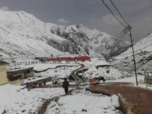 A view of the Kedarnath valley that has received fresh snowfall ahead of the opening of portals on May 3.(HT Photo)