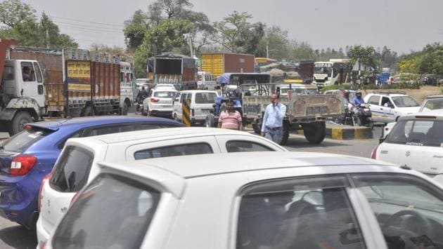 The stretch where traffic turns towards Pinjore is a major bottleneck on NH22. Traffic heading towards Shimla is also obstructed due to the rush.(Sant Arora/HT Photo)