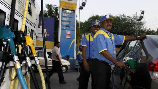 Vehicles queue up near a fuel station to fill their vehicles with petrol. The daily revision of petrol prices is being run as a pilot project in five cities before it is implemented nation wide.(Sonu Mehta/HT File Photo)