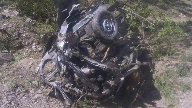All six passengers died on the spot. The bodies of the deceased were extricated by Police and locals.(HT Photo)