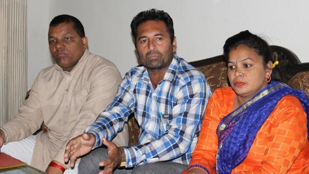 Alleged police torture victim Boota Khan (centre) and Poonam Kangra, general secretary of the Youth Congress, in Sangrur on Monday.(HT Photo)