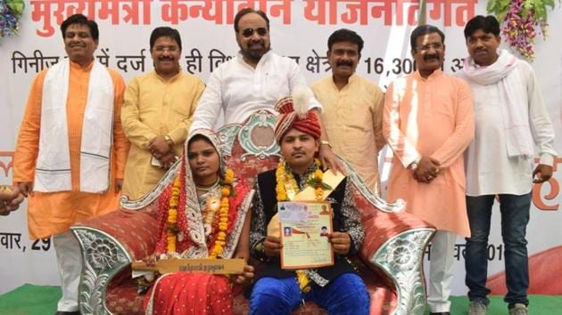 Gopal Bhargava, Minister of Co-operative, Social Justice, Panchayat and Rural Development in the Government of Madhya Pradesh, gifted new brides with 700 wooden washing bats.(Facebook/Gopal Bhargava)