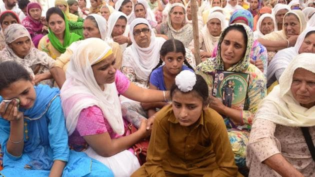 Family of naib subedar Paramjit Singh at his cremation in Vein Poin village in Tarn Taran district on Tuesday, May 2.(Sameer Sehgal/HT)