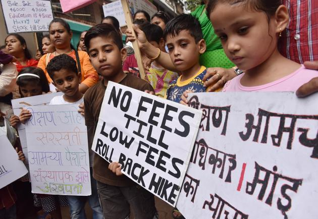 Students and parents protest against fee hike at Indian Education Society (IES) at Dadar.(Hindustan Times)