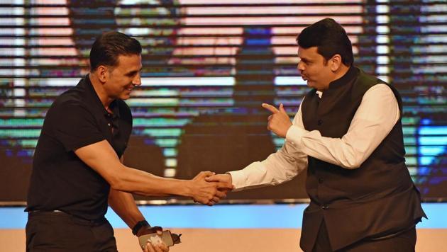 Chief minister Devendra Fadnavis with actor Akshay Kumar during Transform Maharashtra event at NSCI, Worli on Monday.(Pratham Gokhale/HT Photo)
