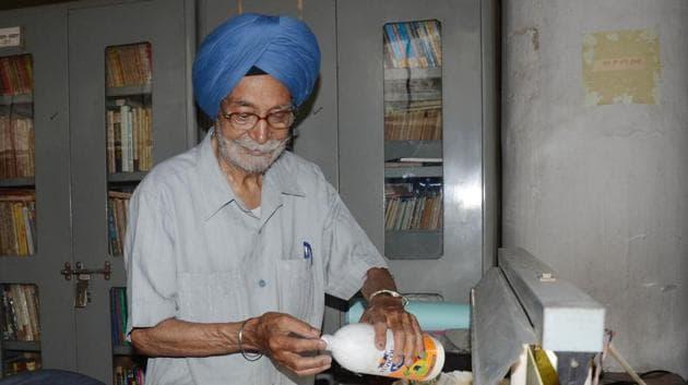 Prem Singh Bajaj, 86, repairing an old book at Punjabi Sahit Akademi's library in Ludhiana on Monday.(Jagtinder Singh Grewal / Hindustan Times)