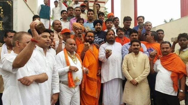 Members of Jan Sena, a Kanpur-based organisation, raise slogans against stone pelters in Kashmir. A group of them are heading to Kashmir to help security forces despite being denied permission by district authorities.(HT Photo)