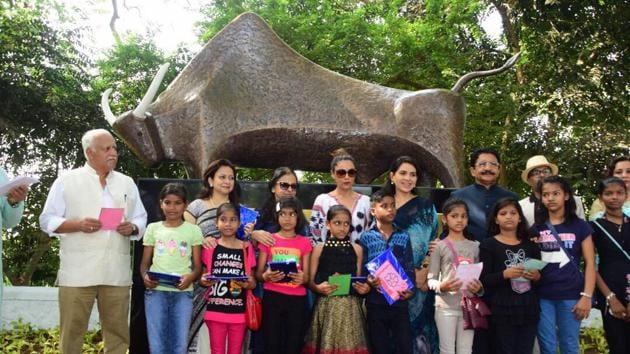 Gauri Khan and BJP leader Shaina NC inaugurate the bull sculpture near Mahalaxmi Racecourse on Monday.(HT)