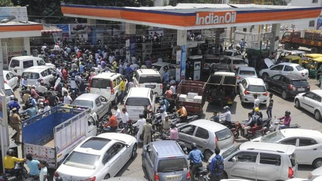 Commuters queue up at a fuel station after the strike. Authorities have been instructed to seal only those units that have cheating chips instead of closing the entire fuel station.(Deepak Gupta/ HT Photo)
