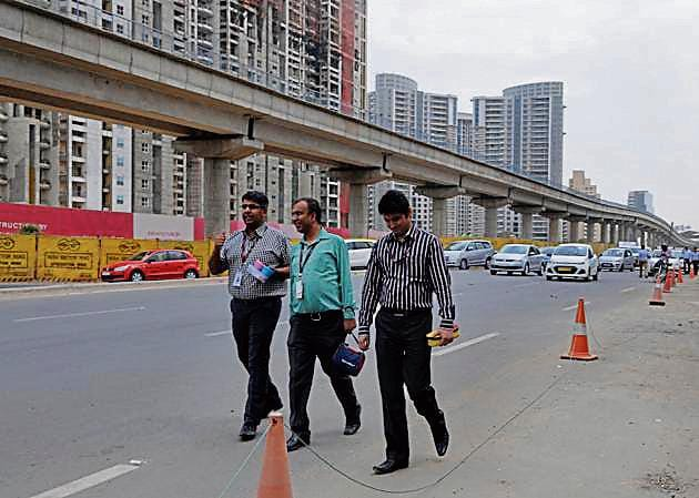The Golf Course Road has 16 lanes, but no provision for pedestrian paths and cyclists' lanes.(Parveen Kumar/HT Photo)