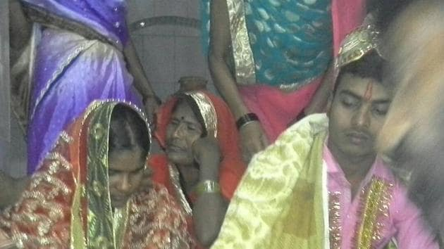 The Arjun Yadav-Rekha Kumari wedding at a temple in Charpokhri was made possible by Bhojpur (Bihar) police.(HT photo)