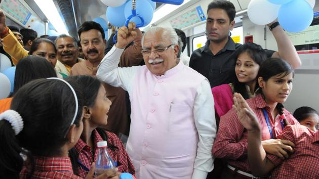 Haryana chief minister Manohar Lal Khattar travelled with travelled with a group of 30 kids from underprivileged background during the inauguration of south extension line of Rapid Metro in Gurgaon on May 2.(Parveen Kumar/HT Photo)
