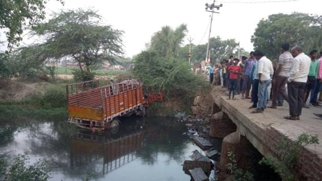 The truck was carrying a wedding party that was returning from Agra after a pre-wedding ritual when the accident took place in Etah in which 14 people were killed.(HT Photo)
