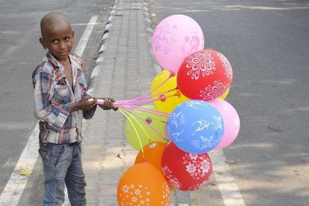 A child selling balloons at sector 34-35 light point, Chandigarh.(Karun Sharma/HT)