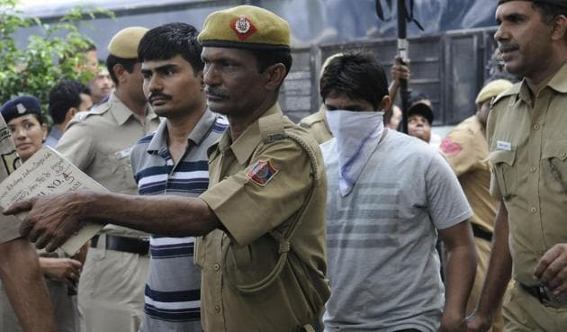 Delhi Police taking accused Akshay Thakur and Pawan Gupta (face covered) to court in 2013.(HT File)
