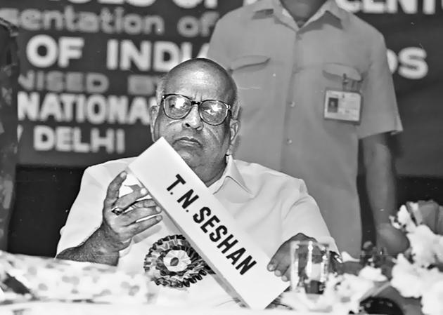 The man who transformed Indian elections: Former Chief Election Commissioner TN Seshan pictured here at FICCI on 27 October, 1994.(Rajiv Gupta/HT Photo)