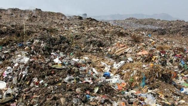 The city's second largest dump, located at Mulund, is far from processing the 60 lakh metric tonnes of waste it holds.(HT File Photo)