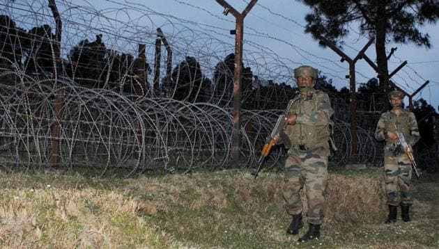 Army jawans patrolling along the Line of Control in Jammu and Kashmir.(PTI)