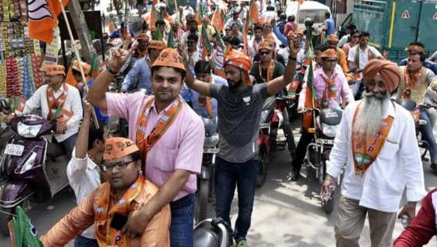 BJP workers celebrate the party's win during the Delhi municipal elections in April 2017.(Sonu Mehta/HT File Photo)