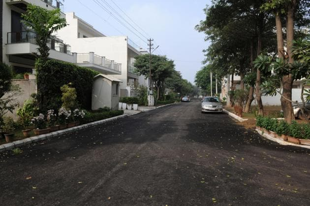 Panic gripped residents of the upscale neighbourhood in DLF Phase 4 as word of the burglary got out.(HT FILE PHOTO)