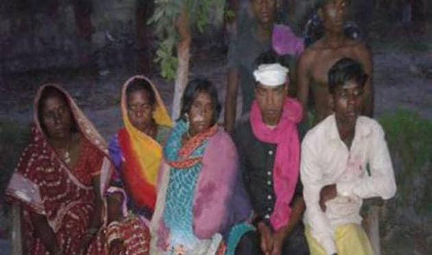 The injured Mahadalit women and their relatives at Sakra primary health centre in Muzaffarpur district.(HT photo)