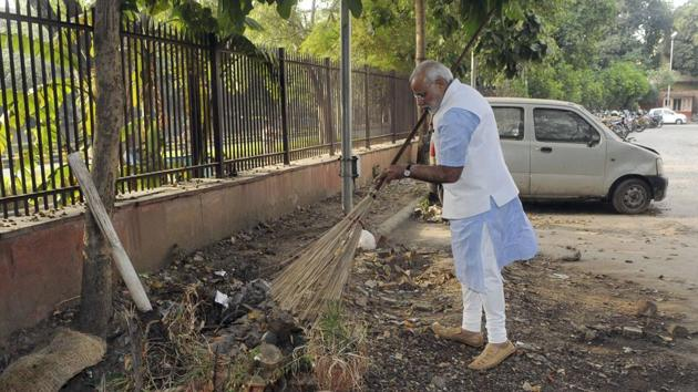 Narendra Modi at the Mandir Marg police station after launching Swachh Bharat campaign.(PIB)