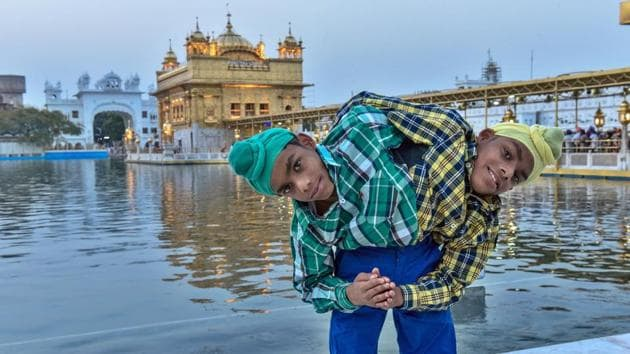 Sohna and Mohna paying obeisance at the Golden temple in Amritsar.(Gurpreet Singh/HT Photo)