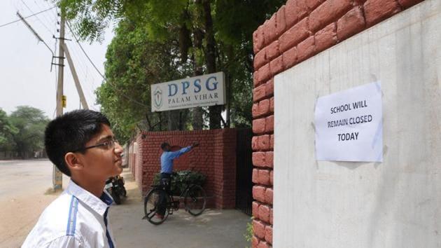 A student reads the notice put outside Delhi Public School Ghaziabad, Palam Vihar, regarding its indefinite closure.(Parveen Kumar/ HT Photo)