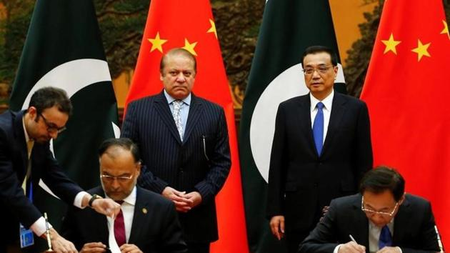 Chinese Premier Li Keqiang and Pakistani Prime Minister Nawaz Sharif attend a signing ceremony at the Great Hall of the People in Beijing, China, May 13, 2017.(Reuters Photo)