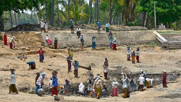 MNREGA workers at a lake rejuvenation project at Mandya, Karnataka.(Arijit Sen/HT Photo)