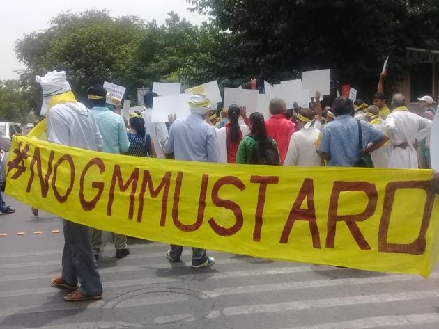 An anti-GM Mustard demonstration was held outside the Environment ministry's office in Delhi on Wednesday.(HT Photo)