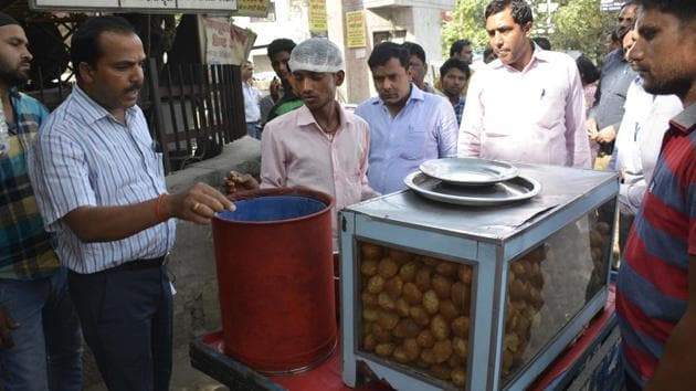 Officials have asked vendors to cover their food products and use containers like stainless steel to ensure hygienic preservation of food products.(Sakib Ali/HT Photo)