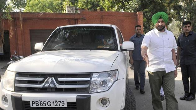 Member of Parliament from Ludhiana Ravneet Singh Bittu with his official vehicle in Ludhiana on Thursday.(Gurminder Singh/HT)