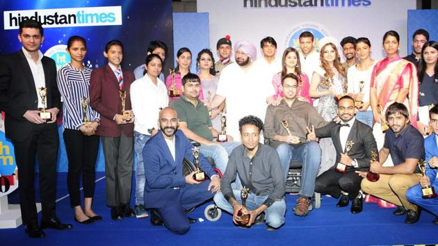 The achievers with Punjab chief minister Amarinder Singh at HT Youth Forum 2017 in Chandigarh on Friday.(HT Photo)